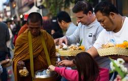 CHIANG KHAN TAJLANDIA, Jan, - 1, 2015: Turysta ofiary karmowe michaelita Obrazy Stock