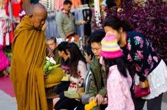 CHIANG KHAN TAJLANDIA, Jan, - 1, 2015: Turysta ofiary karmowe michaelita Zdjęcie Stock