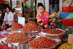 Chiang Mai, TH : 出售草莓的妇女 免版税库存图片