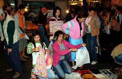 Chiang Mai, TH : 妇女购物 库存图片