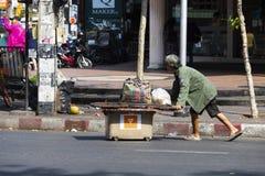 CHIANG MAI, ΤΑΪΛΆΝΔΗ - 17 ΦΕΒΡΟΥΑΡΊΟΥ 2019: Πωλητές της οδού περπατήματος της Κυριακής, Chiang Mai στοκ εικόνες