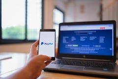 CHIANG MAI, ΤΑΪΛΆΝΔΗΣ - 03,2018 Ιουνίου: Εκμετάλλευση HUAWEI ατόμων με PayPal apps στην οθόνη Το PayPal είναι μια σε απευθείας σύ στοκ φωτογραφία