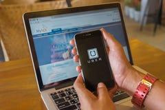 CHIANG MAI, ΤΑΪΛΆΝΔΗ - 4 ΑΥΓΟΎΣΤΟΥ 2016: iPhone εκμετάλλευσης χεριών ατόμων 6S Στοκ Εικόνα