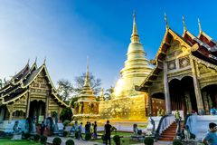 Chiang Mai, Ταϊλάνδη - 4 Δεκεμβρίου 2017: Μη αναγνωρισμένο περπάτημα για το ταξίδι σε Wat Phra Σινγκ, το δημοφιλές ιστορικό ορόση στοκ εικόνες