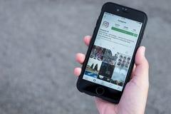CHIANG MAI, ΤΑΪΛΆΝΔΗ - 7.2016 ΙΟΥΛΊΟΥ: Οι γυναίκες κρατούν το iPhone της Apple 6S Στοκ εικόνες με δικαίωμα ελεύθερης χρήσης