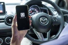 CHIANG MAI, ΤΑΪΛΆΝΔΗ - 15 ΙΟΥΝΊΟΥ 2017: Ένα AP Uber εκμετάλλευσης χεριών ατόμων Στοκ Φωτογραφία