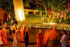 CHIANG MAI, ΤΑΪΛΆΝΔΗ - 12 ΝΟΕΜΒΡΊΟΥ 2008: Ένας μικροί μοναχός και ο συνταγματάρχης Στοκ Εικόνες