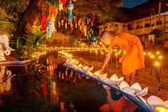 CHIANG MAI, ΤΑΪΛΆΝΔΗ - 12 ΝΟΕΜΒΡΊΟΥ 2008: Ένας μικροί μοναχός και ο συνταγματάρχης Στοκ εικόνα με δικαίωμα ελεύθερης χρήσης