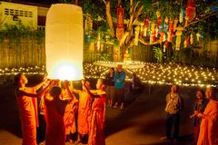 CHIANG MAI, ΤΑΪΛΆΝΔΗ - 12 ΝΟΕΜΒΡΊΟΥ 2008: Ένας μικροί μοναχός και ο συνταγματάρχης Στοκ φωτογραφία με δικαίωμα ελεύθερης χρήσης