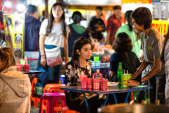 CHIANG MAI, ΤΑΪΛΆΝΔΗ - 15 ΝΟΕΜΒΡΊΟΥ 2015: κορίτσι σε μια αγορά Nig Στοκ Εικόνα