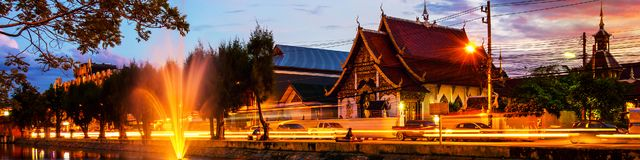 Chiang Mai, Ταϊλάνδη στο ηλιοβασίλεμα Ζωηρή οδός στη δημοφιλή τουριστική πόλη Στοκ Φωτογραφία