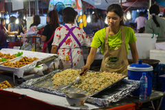 CHIANG MAI, ΤΑΪΛΆΝΔΗ - ΤΟΝ ΑΎΓΟΥΣΤΟ ΤΟΥ 2015 CIRCA: Οι τοπικοί άνθρωποι πωλούν τα παραδοσιακά ταϊλανδικά τρόφιμα και την αγορά πο Στοκ Φωτογραφίες