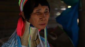 Chiang Mai, Ταϊλάνδη 13 Φεβρουαρίου 2017: Η ενήλικη γυναίκα από τη φυλή λόφων ο μακρύς-λαιμός Karen κλήθηκε ως Kayan απόθεμα βίντεο