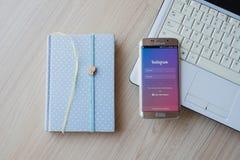 CHIANG MAI, ΤΑΪΛΆΝΔΗ - 1 ΦΕΒΡΟΥΑΡΊΟΥ 2016: Πυροβοληθείσα οθόνη εφαρμογή Instagram που χρησιμοποιεί την άκρη γαλαξιών της Samsung  Στοκ φωτογραφίες με δικαίωμα ελεύθερης χρήσης