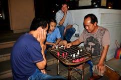 Chiang Mai, Таиланд: Люди играя шахмат Стоковое фото RF