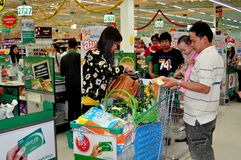 Chiang Mai, Таиланд: Покупатели на супер рынке Стоковое Фото