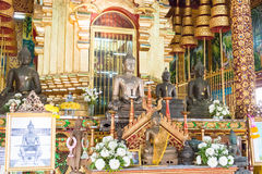Chiang Mai, Таиланд - 17-ое февраля 2015: Статуи Budda на Wat Chiang Стоковые Изображения RF