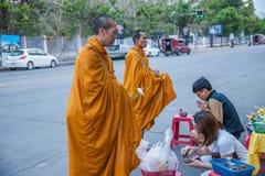 Chiang Mai, aumône de matin de la Thaïlande image libre de droits