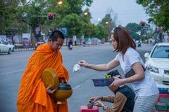 Chiang Mai, aumône de matin de la Thaïlande image stock