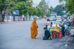 Chiang Mai, aumône de matin de la Thaïlande images libres de droits