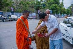 Chiang Mai, aumône de matin de la Thaïlande photographie stock libre de droits