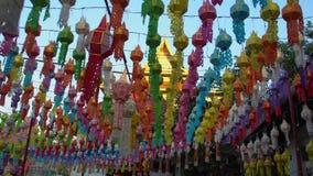 Chiang Mai City Decorated com as lanternas coloridas para Loy Krathong Festival em Tailândia filme