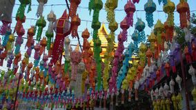 Chiang Mai City Decorated con las linternas coloridas para Loy Krathong Festival en Tailandia metrajes