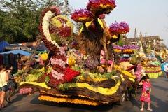 Chiang Mai Flower Festival ljusa blommainstallationer på lastbilen Arkivbild