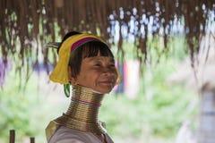 CHIANG MAI Karen Long Neck-Frau, die für ein Porträt aufwirft Stockfoto