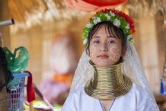 CHIANG MAI Karen Long Neck-vrouw het stellen voor een portret royalty-vrije stock afbeelding