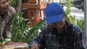 Chiang Mai landskap, Thailand - Maj 23, 2019: Positivt le folk som sorterar till och med arabicakaffebönor i litet lager videofilmer
