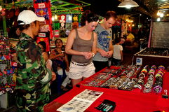 Chiang Mai, Tailândia: Clientes no bazar da noite Foto de Stock Royalty Free
