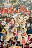 CHIANG MAI, TAILÂNDIA - 13 DE ABRIL: Undentified bonito com a mulher tradicionalmente vestida na parada no festival de Songkran o Foto de Stock