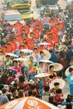 CHIANG MAI, TAILÂNDIA - 13 DE ABRIL: Undentified bonito com a mulher tradicionalmente vestida na parada no festival de Songkran o Fotos de Stock