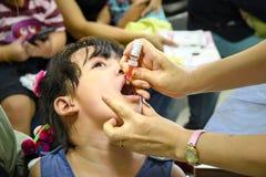CHIANG MAI, Tailândia - 7 de agosto de 2016: Crianças que recebem a vacina Imagem de Stock