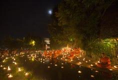 CHIANG MAI, TAILÂNDIA - 30 DE JULHO: As monges tailandesas não identificadas meditam Fotos de Stock