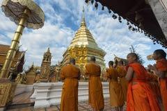Chiang Mai, Tailândia - 17 de junho de 2017: Monges e principiantes que rezam a Phra esse Doi Suthep Fotos de Stock Royalty Free