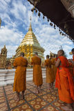 Chiang Mai, Tailândia - 17 de junho de 2017: Monges e principiantes que rezam a Phra esse Doi Suthep Fotografia de Stock