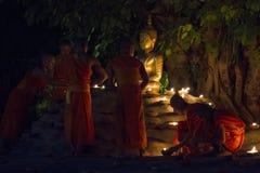 CHIANG MAI, TAILÂNDIA - 20 DE MAIO: As monges budistas tailandesas meditam com Fotografia de Stock Royalty Free