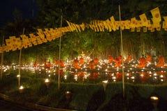 CHIANG MAI, TAILÂNDIA - 20 DE MAIO: As monges budistas tailandesas meditam com Foto de Stock
