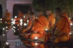 CHIANG MAI, TAILÂNDIA - 20 DE MAIO: As monges budistas tailandesas meditam com Imagens de Stock Royalty Free
