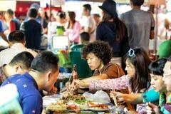 CHIANG MAI, TAILÂNDIA - 15 DE NOVEMBRO DE 2015: Alimento popular do turista Foto de Stock Royalty Free