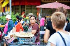 CHIANG MAI, TAILÂNDIA - 15 DE NOVEMBRO DE 2014: Mulher asiática que vende m Fotografia de Stock