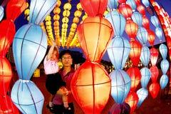 CHIANG MAI, TAILÂNDIA - 19 DE NOVEMBRO DE 2010: Paizinho não identificado e s Fotografia de Stock