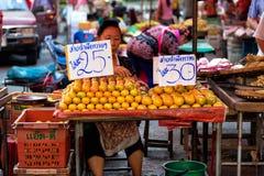 CHIANG MAI, TAILÂNDIA - 15 DE NOVEMBRO DE 2015: Rapaz do mercado de rua da TAI Fotografia de Stock