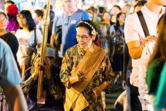 CHIANG MAI, TAILÂNDIA - 15 DE NOVEMBRO DE 2014: Turistas não identificados Fotografia de Stock