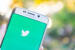 CHIANG MAI, TAILÂNDIA - 21 DE NOVEMBRO DE 2015: Uma aplicação de Twitter da terra arrendada da mão do homem na borda de Samsung s Imagem de Stock
