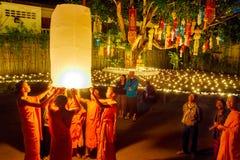 CHIANG MAI, TAILÂNDIA - 12 DE NOVEMBRO DE 2008: Uma monge e um colo pequenos Fotografia de Stock Royalty Free