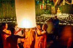 CHIANG MAI, TAILÂNDIA - 12 DE NOVEMBRO DE 2008: Uma monge e um colo pequenos Imagem de Stock