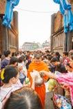 CHIANG MAI, TAILÂNDIA - 12 DE NOVEMBRO DE 2008: Uma monge e um colo pequenos Foto de Stock